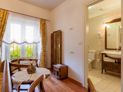 Dalmatian style decorated sleeping room with bathroom